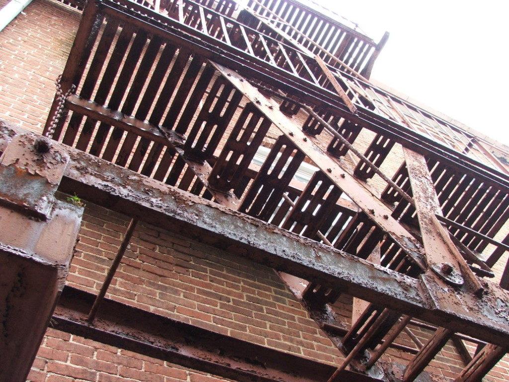 Неокрашенная пожарная лестница – серьезное нарушение