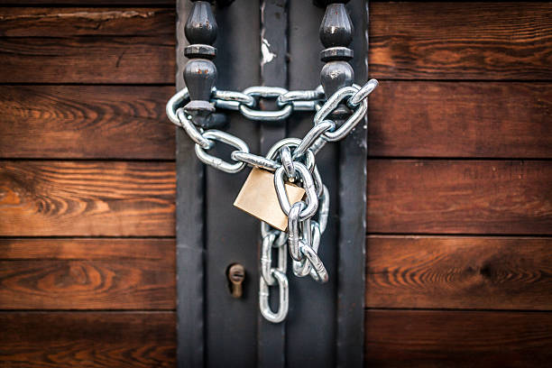 Закрывать пожарные двери сложными запирающими устройствами запрещено