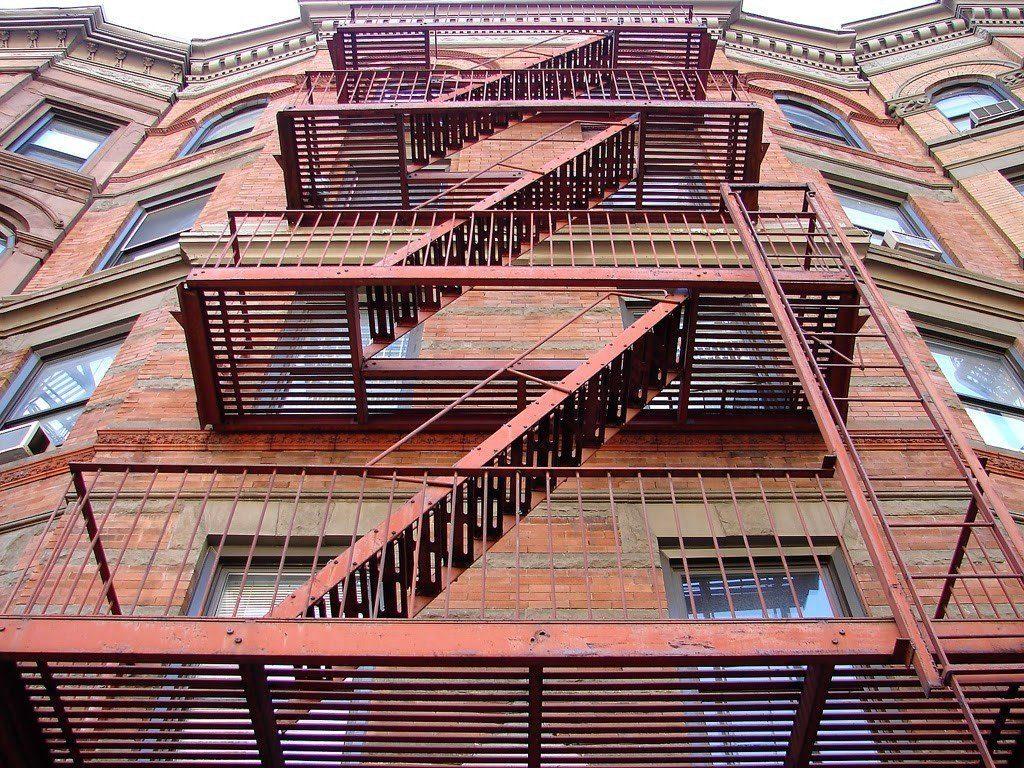 Металлическая конструкция для обеспечения доступа на этажи и крышу