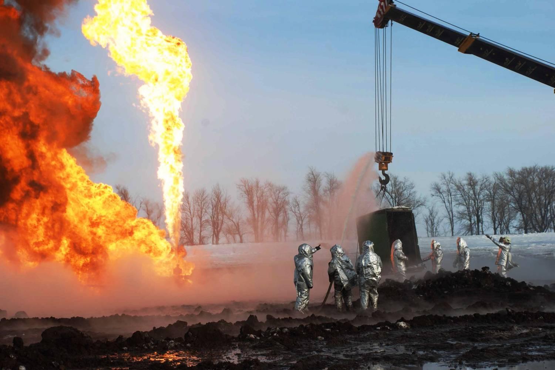 Тушение пожара на нефтяном месторождении