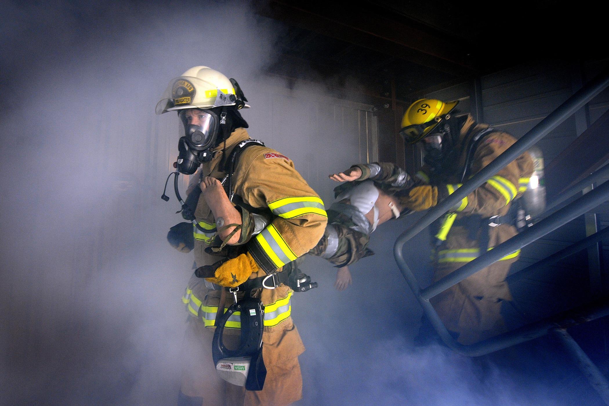 Спасатели проводят операцию по спасению людей
