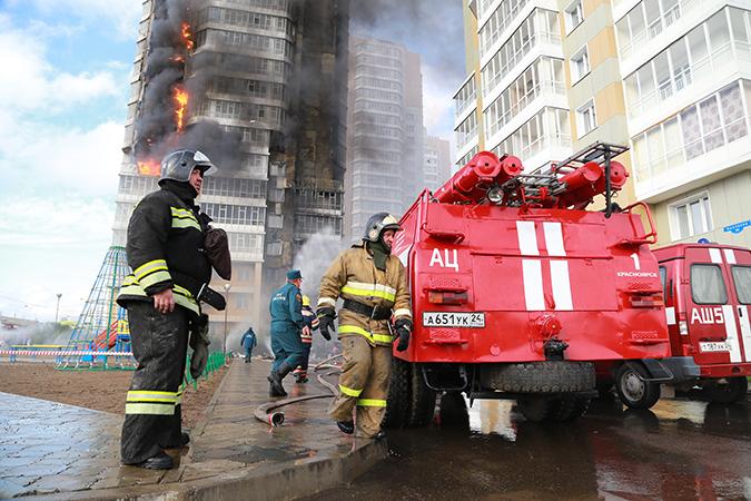 Проводятся мероприятия по защите соседних зданий от огня