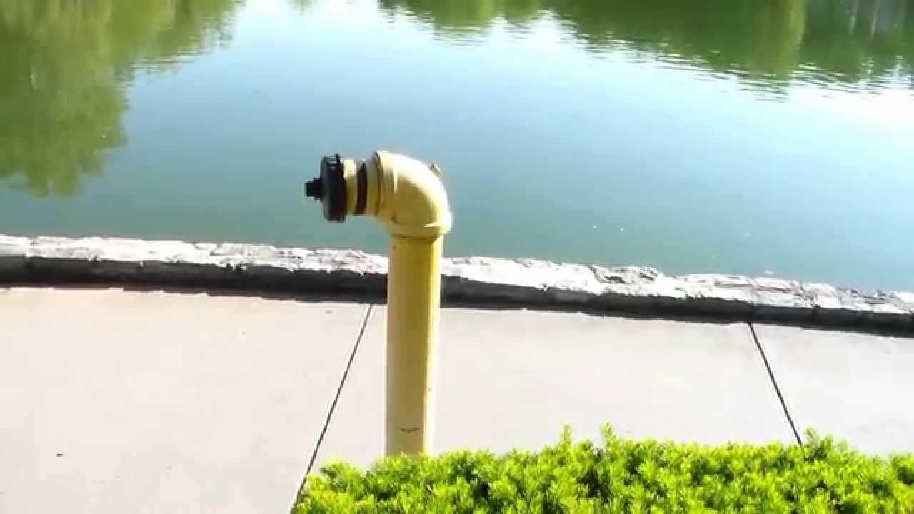 Гидрант на берегу водоема