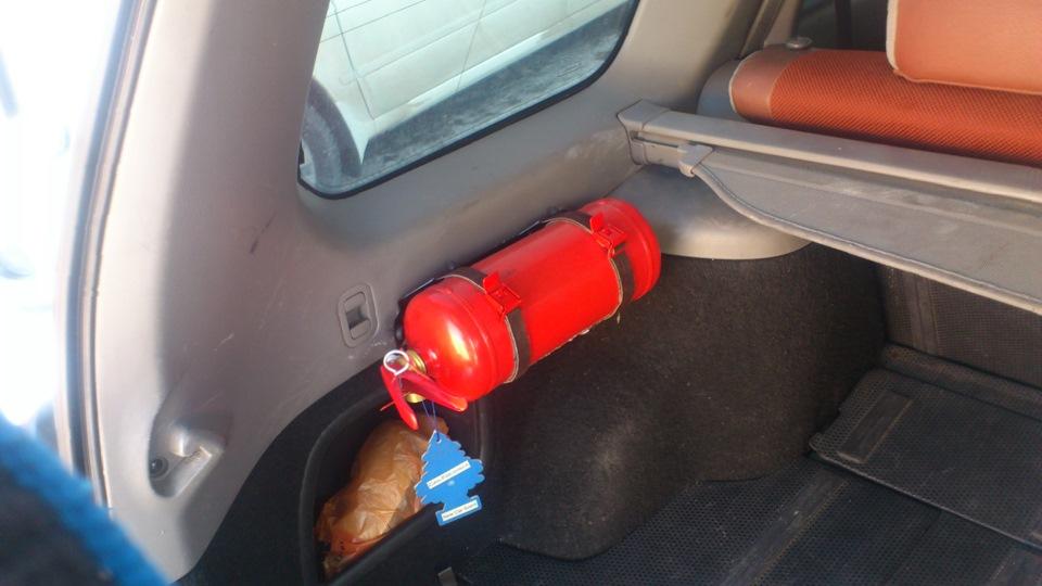 Огнетушитель в салоне автомобиля