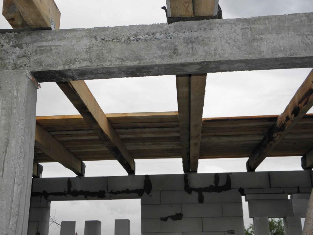 Разные строительные конструкции из разных материалов (горючих и негорючих)
