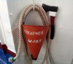 Пожарный пост на судне — ведро с канатом применяется для использования забортной воды для тушения пожара