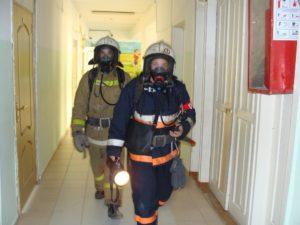 Руководитель тушения пожара во главе боевых действий, с отличительной повязкой)