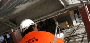 Машинное нанесение защитной штукатурки на потолочные конструкции
