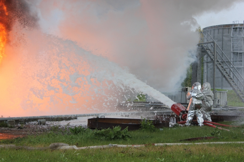 Ствол подает пенный противопожарный состав