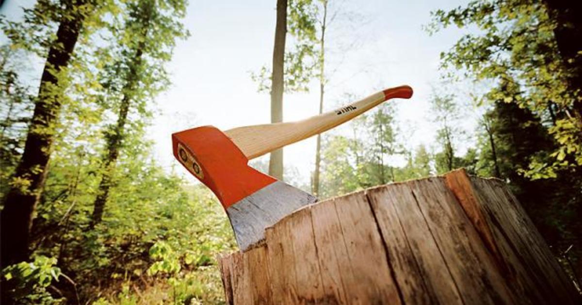 Колоть дрова или рубить деревья пожарным топором запрещено