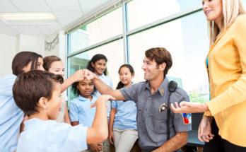 Инспектор на занятиях в младшей школе