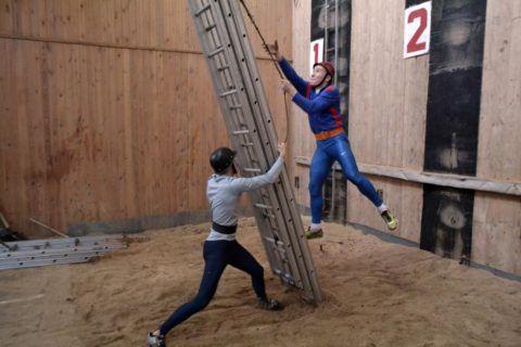 Как раздвинуть трехколенную пожарную лестницу