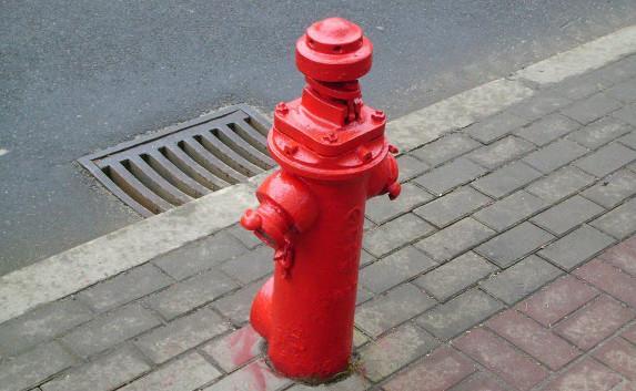 Пожарный гидрант у дороги