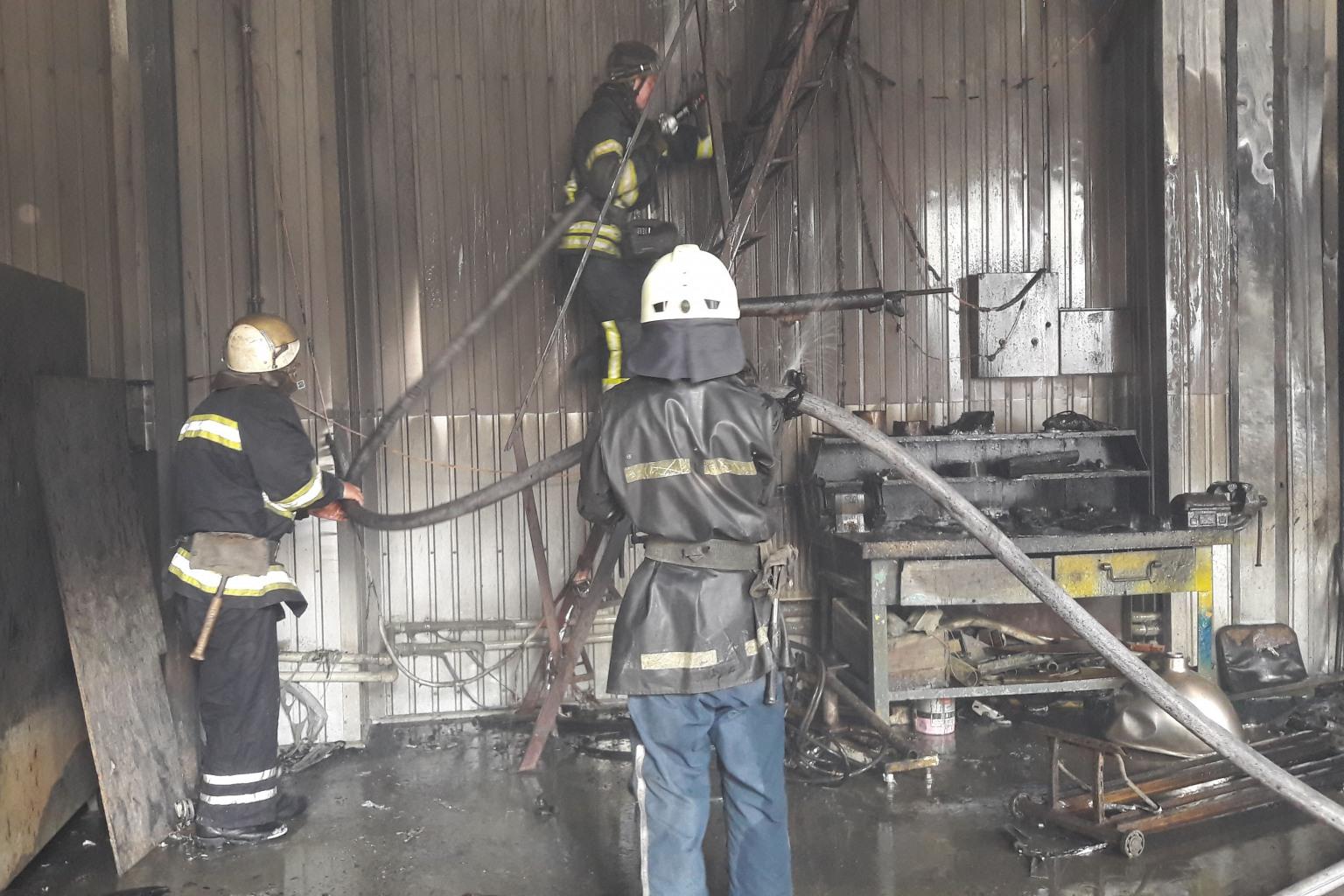 Прокладку пожарных рукавов внутри зданий ведут без загибов