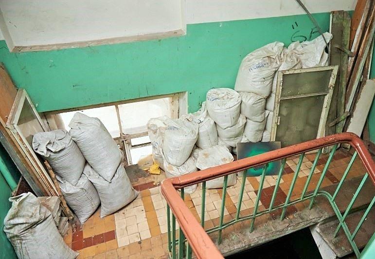 Строительный мусор на лестничной клетке