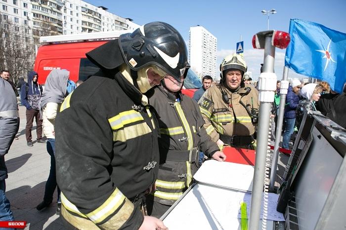 Руководит пожарными ученьями начальник гарнизона