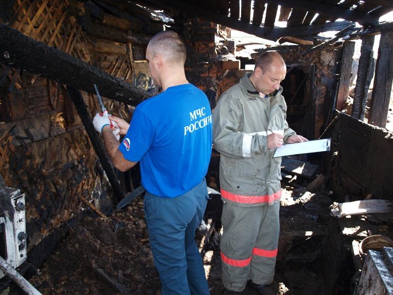 Эксперты проводят исследования места пожара