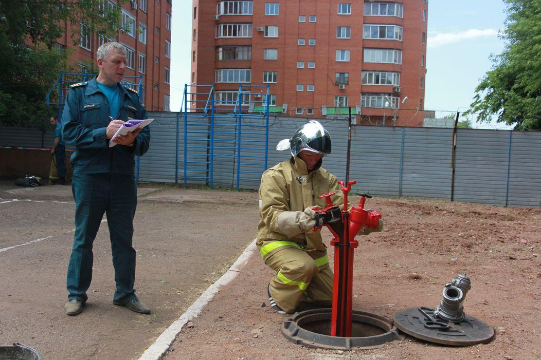 Учебные занятия пожарных с гидрантом