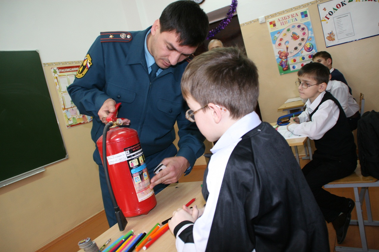 Пожарный инспектор проводит занятия в начальной школе