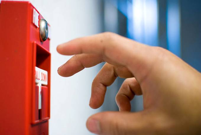 Установки пожарной защиты включаются вручную