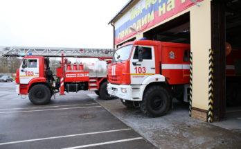 Выезд колоны пожарных автомобилей из гаража на пожар
