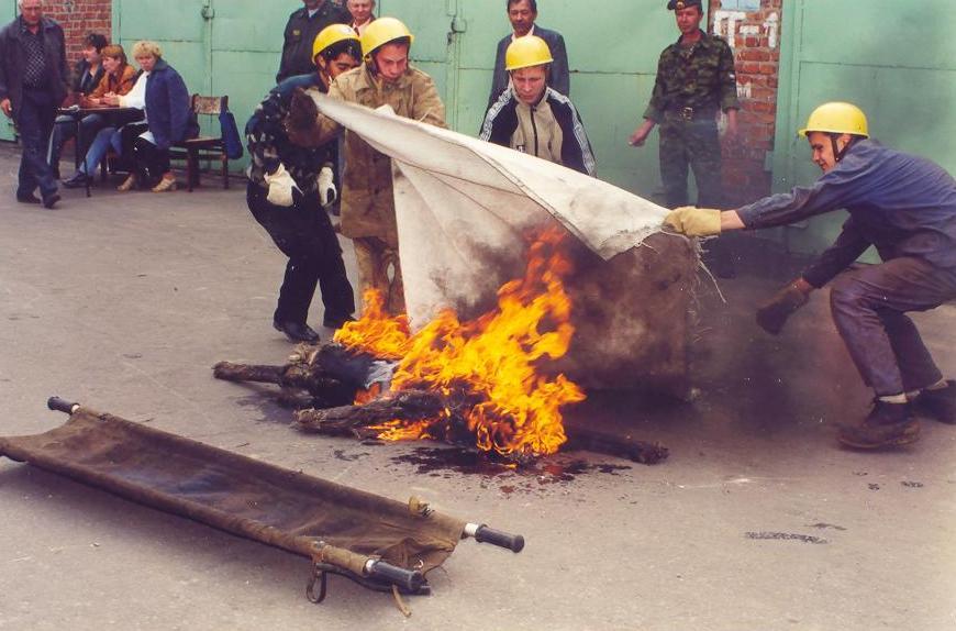 Тушить очаг возгорания кошмой
